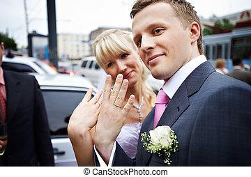 愉快, 新娘和新郎, 由于, 結婚戒指, 上, 手