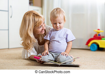 愉快, 母親, 閱讀, a, 書, 到, 孩子男孩, 在室內