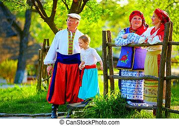 愉快, 烏克蘭人, 家庭, 在, 傳統, 服裝, 談話, 戶外