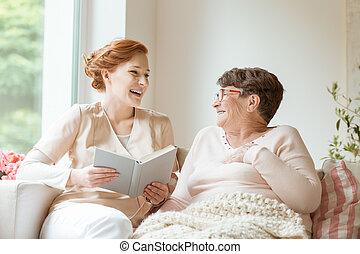 愉快, 護士, 閱讀, a, 有趣, 書, 到, 她, 年長, 病人, 在, a, 私人, 老人院