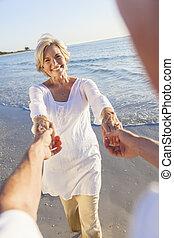 愉快, 資深 夫婦, 跳舞, 扣留手, 上, a, 熱帶的海灘