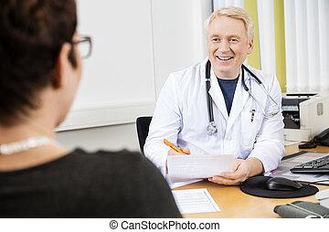 愉快, 醫生, 看, 女性, 病人, 在書桌