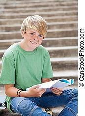 愉快, 青少年男孩子, 讀書