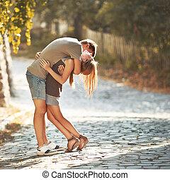 愉快, 青少年的 夫婦, 擁抱, 在, 街道。, 偉大, relationships.