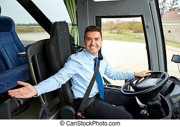 愉快, 駕駛員, 邀請, 在其上, ......的, 城市間, 公共汽車