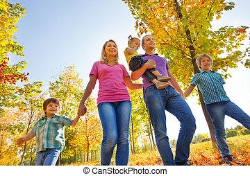 意見從以下, ......的, 高興的家庭, 步行