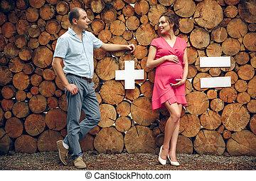 愛, 妊娠した, 木製である, 恋人, 待つこと, 背景, 赤ん坊, 抱きしめること