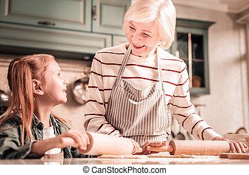 愛, 彼女, 孫娘, 見る, おばあさん, うれしい