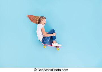 感じ, 上, 側, 長さ, 角度, 坂, 喜ばせなさい, の上, 背景, 光景, 位置, 子供, 隔離された, 高く, 青, スケート, フルである, プロフィール, 女の子, 写真, 興奮させられた, 色, 板, 精力的, 乗車, 叫び, 上に