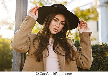 感動的である, 屋外で, 肖像画, 彼女, 帽子, 若い女性, 歩いている間
