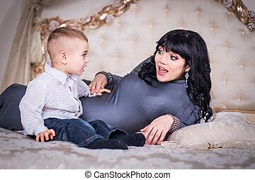 慰められた, お母さん, 2, 息子, year-old, 叫ぶこと