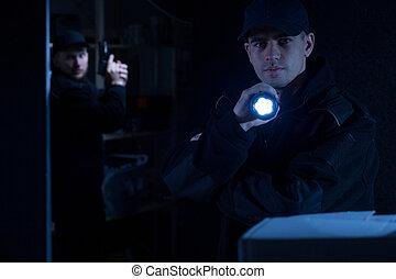 懐中電燈, 保有物, 警官
