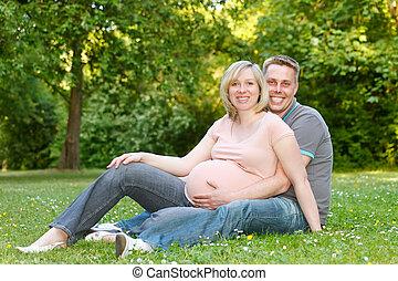 懷孕夫婦, 休息, 在公園