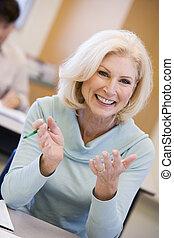 成人の学生, クラスで, 微笑, (selective, focus)