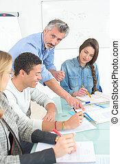 成人の学生, 中に, ビジネス クラス, ∥で∥, 教師