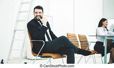 成功した, 従業員, の, ∥, 会社, 座る, 上に, a, 椅子, 近くに, ∥, 仕事場, 中に, ∥, オフィス。