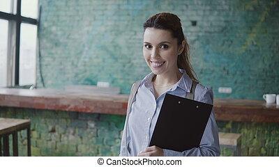 成功した, 手掛かり, オフィス。, コーカサス人, 肖像画, 女性の見ること, 現代, カメラ, 女性, 微笑。, 文書, 若い