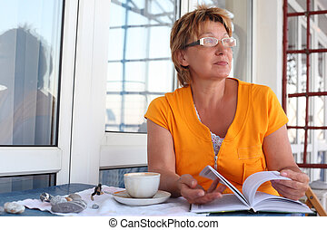 成熟妇女, 用餐时, 带, 书, 同时,, 杯, 在中, 早晨