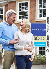 成熟的夫婦, 站立, 外面, 新的家, 由于, 被賣的 標誌