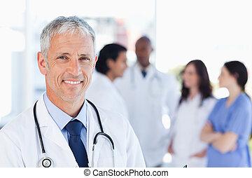 成熟醫生, 站立, 直立, 當時, 等待, 為, 他的, 隊
