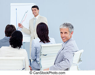 成熟, 商人, 微笑, 在, the, 照像機, 在, a, 會議