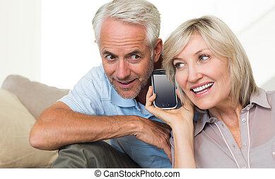 成長した カップル, 使うこと, ソファー, smartphone