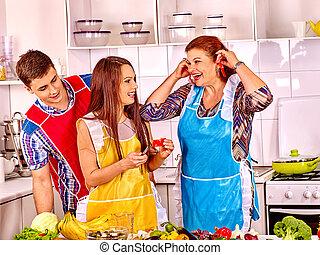 成長した 女性, ∥で∥, 家族, 準備, ∥において∥, kitchen.
