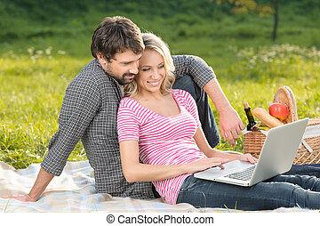 我們, 是, always, 在, touch., 愛, 年輕夫婦, 拿, the, 照片, ......的, 他們自己, 上, 夏天, 野餐