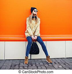 戶外, 時裝, 肖像, ......的, 時髦, 行家, 涼爽, 女孩, 穿, a, 黑色的帽子, 以及, 太陽鏡,...