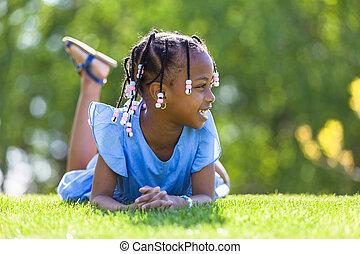 戶外, 肖像, ......的, a, 漂亮, 年輕, 黑色的女孩, 躺下, 在草上, 以及, 微笑, -,...