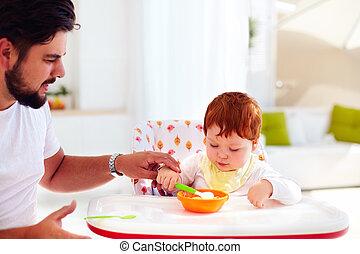 所有するため, 息子, 父, スプーン, 彼の, 赤ん坊, 把握, 教える, 食べなさい