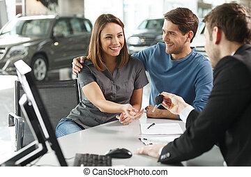 所有者, true., 彼女, 寄付, 自動車, 若い, 魅力的, キー, 新しい, 今, セールスマン, 夢, 来る