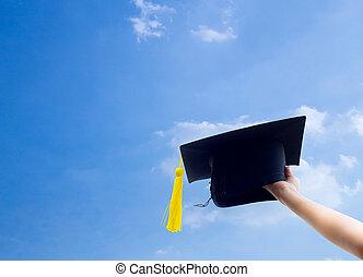 手の 保有物, 卒業, 帽子, 背景, の, 青, sky.
