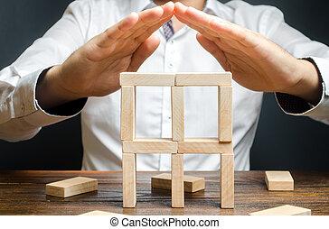 手掛かり, 建物, 保険, 援助, 屋根, ビジネス, medium-sized, startup., 保護, 上に, 手, 作成, 彼の, dominoes., 人, 小さい, businesses., サポート, 会社, シンボル