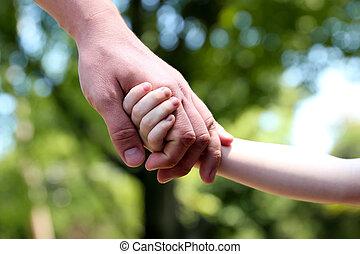 手掛かり, 父, 手, 緑の背景, 子供, 小さい