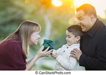 ∥手渡す∥, 彼の, 贈り物, 若い, 息子, レース, お母さん, 混ぜられた
