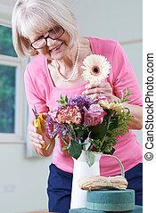 手配する, 年長の 女性, 花, クラス