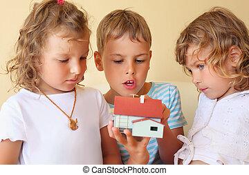 手, かなり, 家, 保温カバー, モデル, 部屋, 一緒に, 女の子, 男の子, 2, 3人の子供たち, 保持