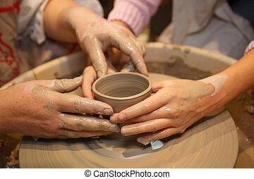 手, の, 2人の人々, 作成しなさい, ポット, 上に, potter's, wheel., 教授, 伝統的である,...