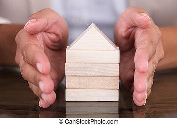 手, カバー, モデル 家, 作られた, から, 木製のブロック