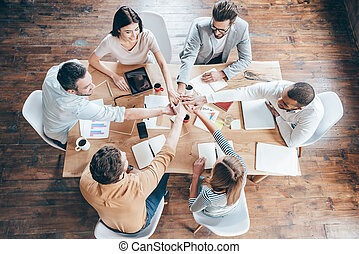 手, グループ, オフィス, 働いている人達, 上, 6, 若い, 新しい, 間, team., 一緒に, 保有物, 机, 微笑, モデル, 始める, 日, 光景