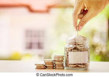 手, パッティング, コイン, 中に, ガラスジャー, そして, 空, ラベル, ∥で∥, ぼやけ, の, 家, 背景, ∥ために∥, お金, セービング, ∥ために∥, 家, ∥あるいは∥, 不動産, ローン, 概念