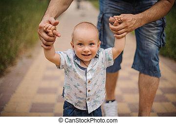 手, 保有物, 作成, father., 赤ん坊, 歩きなさい, 男の子, 彼の, ステップ, 最初に, 勉強