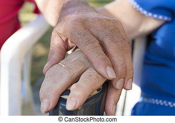手, 抱きしめられた, によって, もっと年がいった人々, 先輩