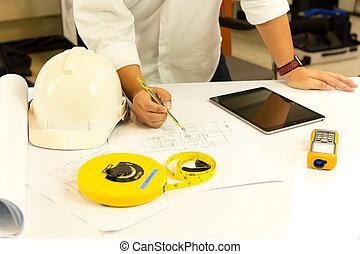 手, ......的, 建築師, 工作上, 藍圖, 由于, 片劑, 電腦, 上, 桌子。