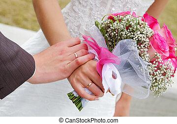 手, ......的, 新娘和新郎, 由于, a, 婚禮花束
