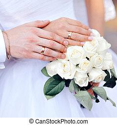 手, ......的, the, 新娘和新郎, 由于, 結婚戒指, 上, 花束