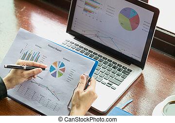 手, 財政, 仕事, 分析, グラフ, コンピュータ, 終わり, 情報, の上, ビジネス 女, ラップトップ, 投資, charts.