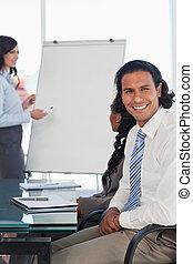 手, 間, プレゼンテーション, 微笑, 交差させる, ビジネスマン, 聞くこと, モデル