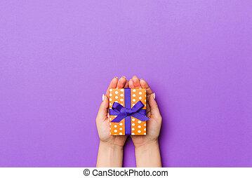 手, 飾られる, 弓, 平ら, 休日, 紫色, 位置, 女, 概念, 贈り物, 背景, 保有物, クリスマス, 包まれた, space., コピー